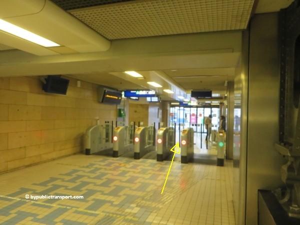 hoe kom ik bij het nemo science museum in amsterdam met het ov openbaar vervoer by public transport 02
